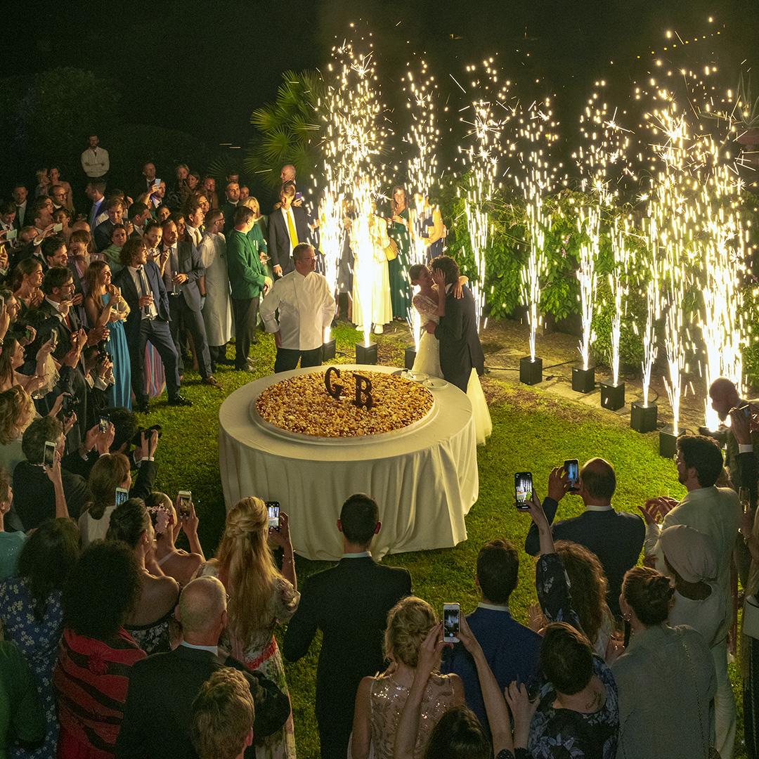 Allestimento di un matrimonio all'aperto: alcune idee originali scintille torta
