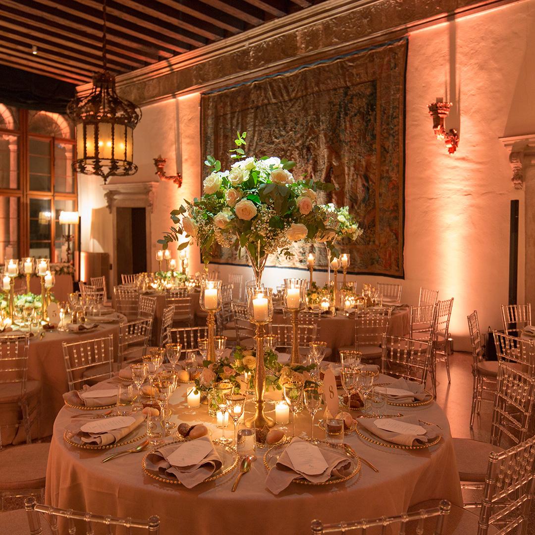 Come illuminare i tavoli di un matrimonio luci