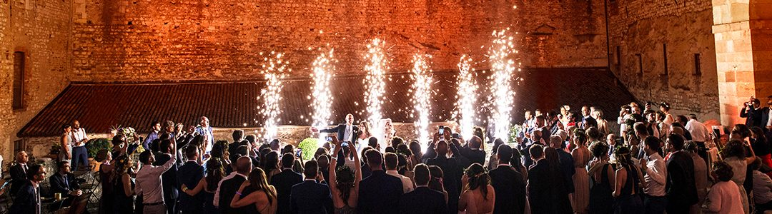 HOW TO CREATE A MAGICAL ATMOSPHERE DURING THE CAKE CUTTING